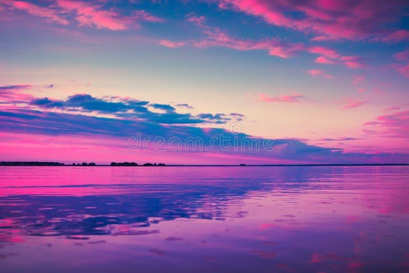 Mooie kleurrijke zonsondergang over Meer royalty-vrije stock afbeelding