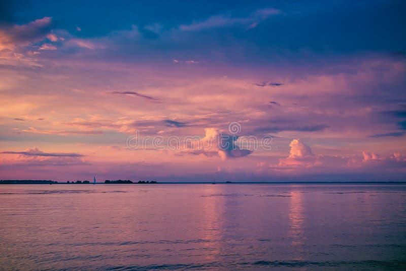 Mooie kleurrijke zonsondergang over rivier stock afbeeldingen
