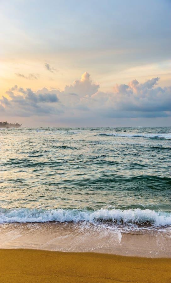 Mooie kleurrijke zonsopgang over de kust van Indische Oceaan stock afbeelding
