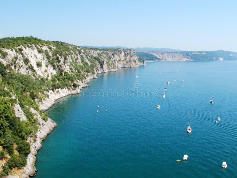 Mooie klippen op kust van Adriatische overzees royalty-vrije stock afbeelding