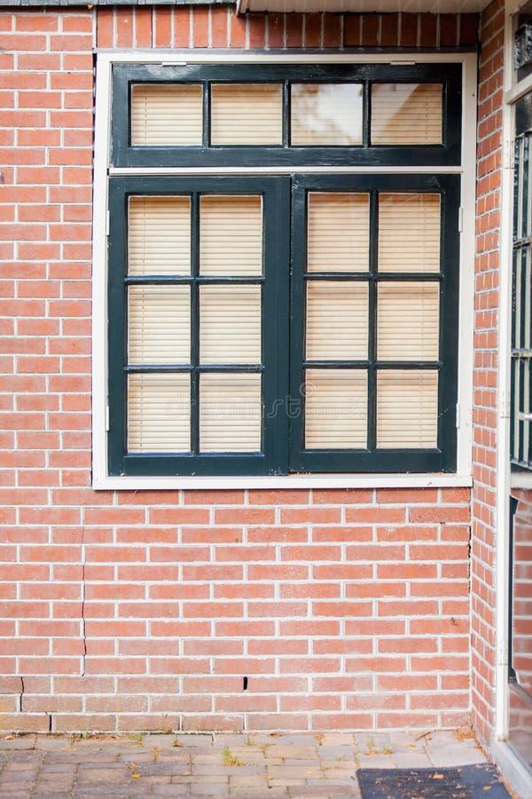 mooie koele vensters met jaloezie op één van de bouw royalty-vrije stock afbeelding