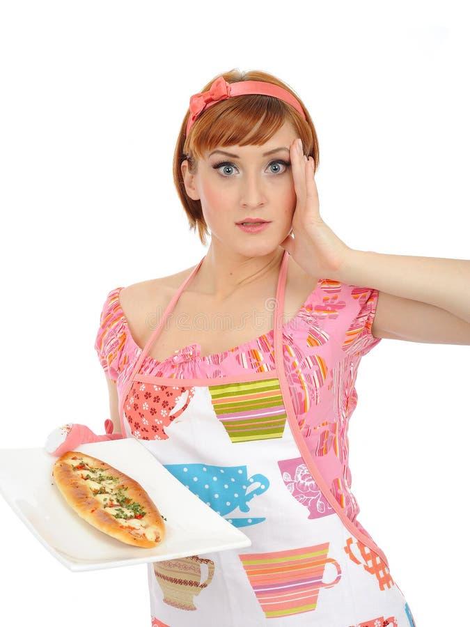Mooie kokende vrouw met Italiaanse sandwich stock fotografie