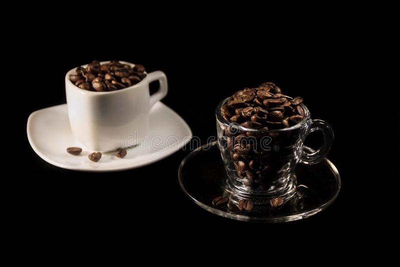 Mooie kop en koffie aromatische korrels van bruin stock afbeeldingen