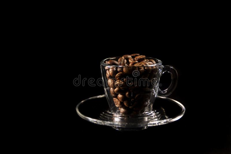 Mooie kop en koffie aromatische korrels van bruin royalty-vrije stock afbeelding