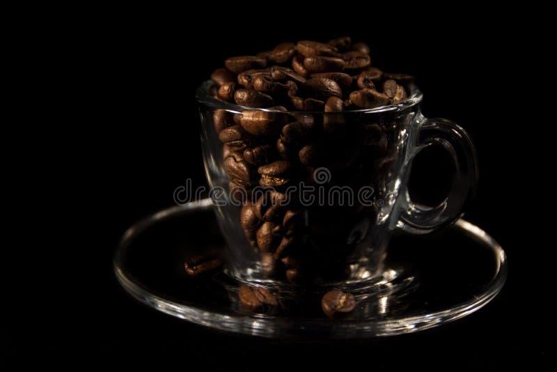 Mooie kop en koffie aromatische korrels van bruin stock foto