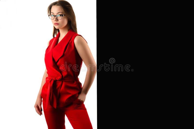 Mooie Koreaanse bedrijfsvrouw in rood kostuum royalty-vrije stock foto's