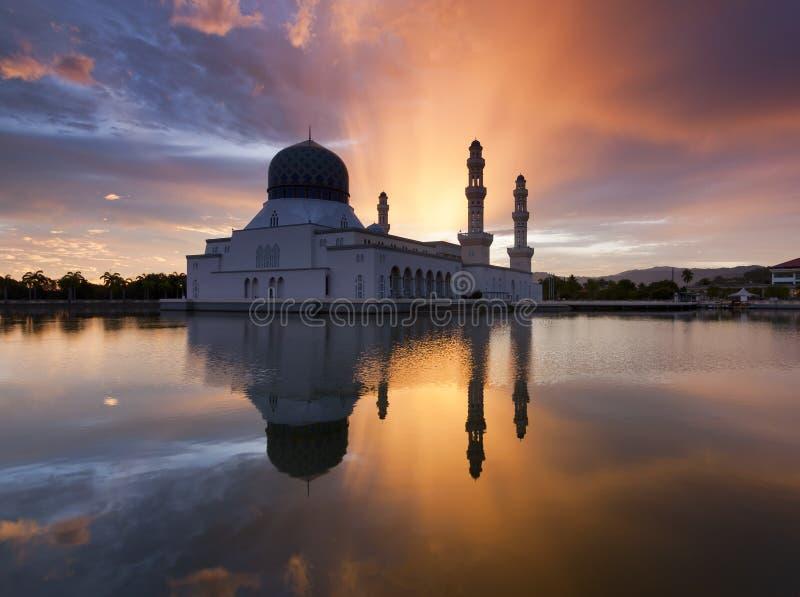 Mooie Kota Kinabalu-stadsmoskee bij zonsopgang stock afbeeldingen