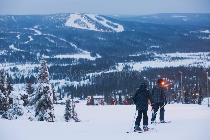 Mooie koude bergmening van skitoevlucht, zonnige de winterdag met helling royalty-vrije stock afbeelding