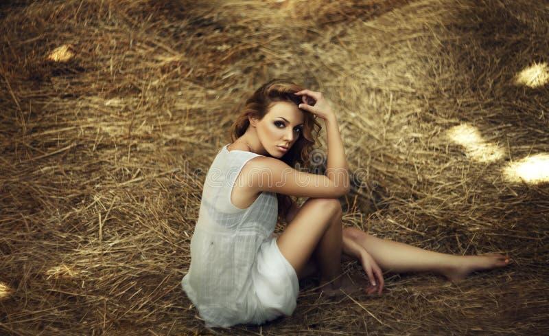 Download Mooie krullende vrouwen stock foto. Afbeelding bestaande uit kleding - 39108590
