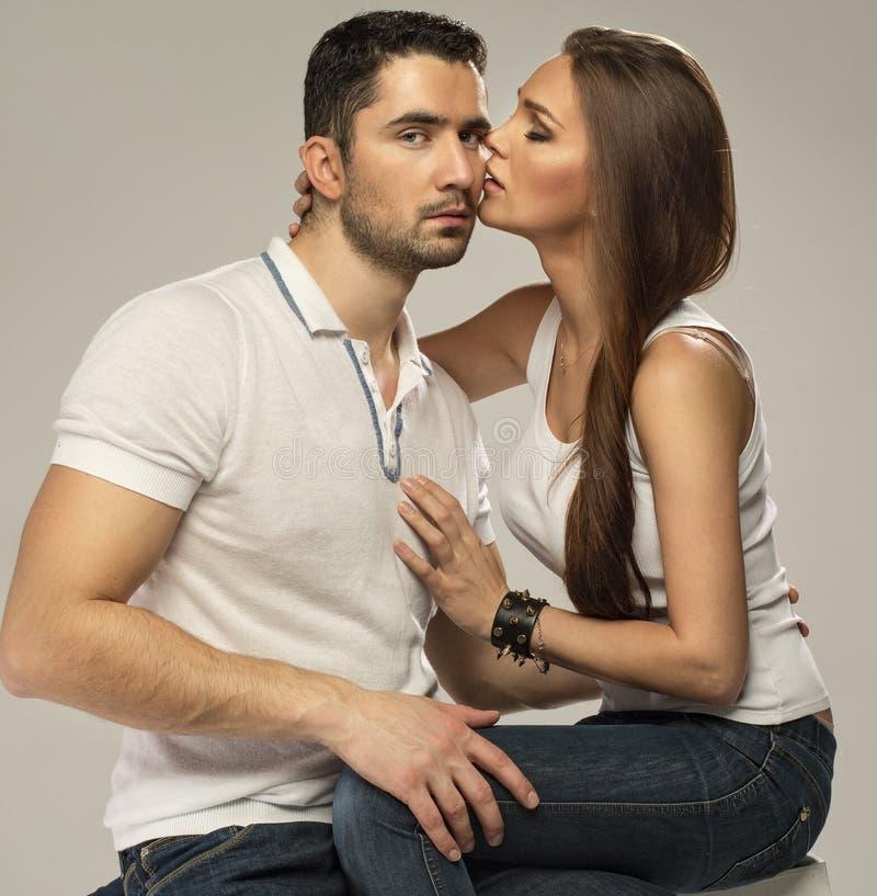 Mooie kussende vrouw stock afbeeldingen