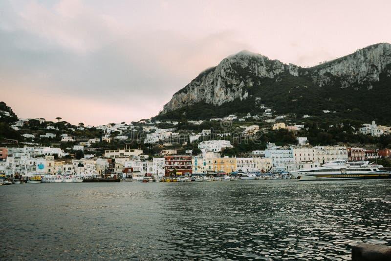 Mooie kust - Amalfi, mening van Atrani-dorp stock foto's