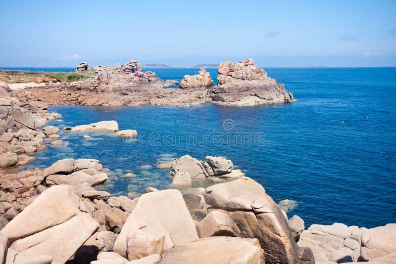 Mooie kust van Bretagne met grote rotsen royalty-vrije stock foto's