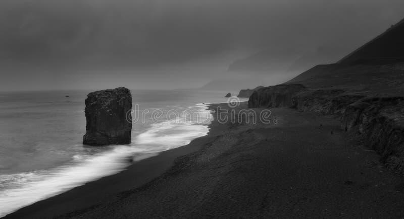 Mooie kust van de Atlantische Oceaan in Oost-IJsland royalty-vrije stock afbeelding
