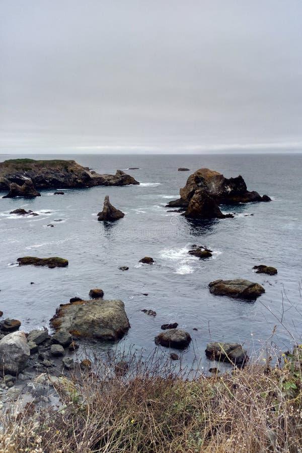 Mooie kust van de Vreedzame Oceaan op een mistige ochtend royalty-vrije stock fotografie