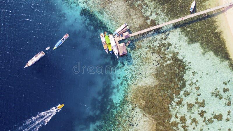 Mooie kustlijn met pier en toeristenboten stock fotografie