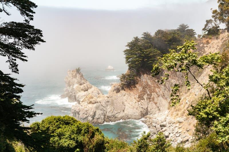 Mooie kustlijn op een mistige ochtend royalty-vrije stock afbeelding