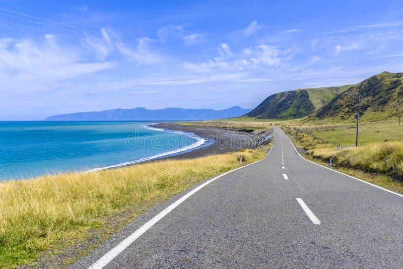 Mooie kustweg door een overzeese kust stock foto