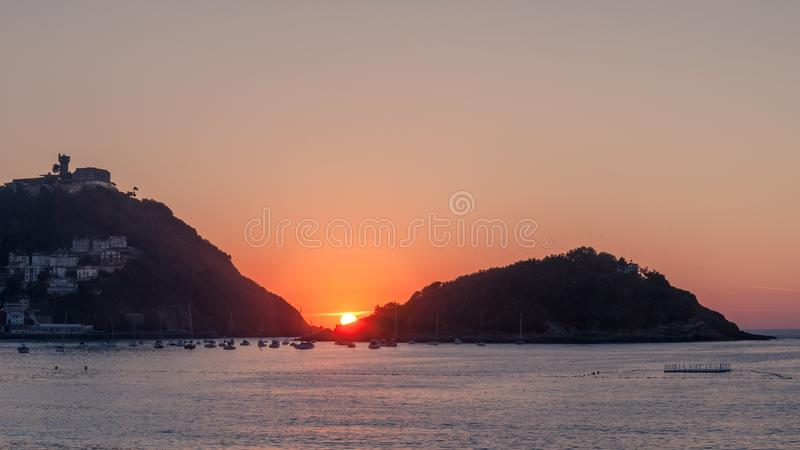 Mooie kustzonsondergang tussen twee bergen royalty-vrije stock foto
