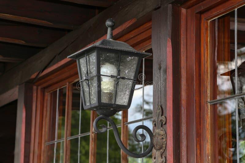Mooie lamp op de muur van een blokhuis stock foto's