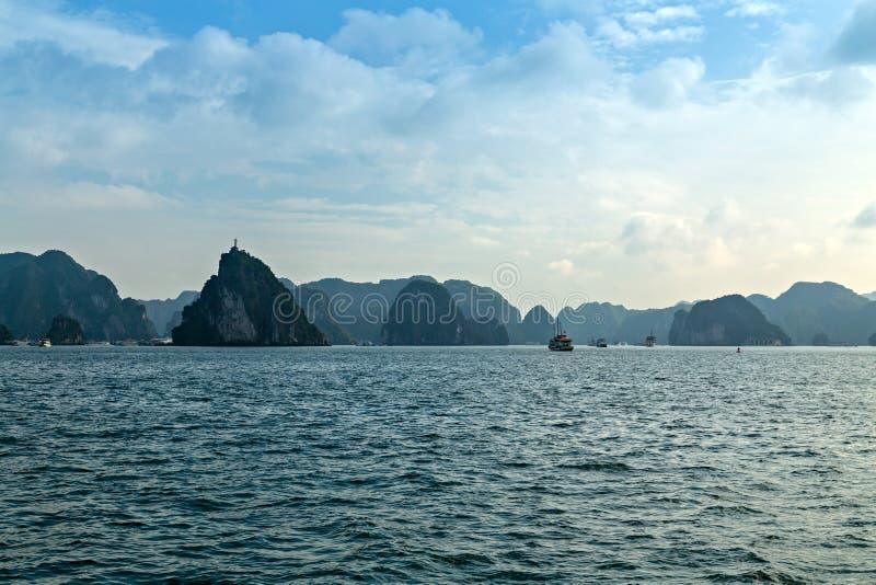 Mooie landschaps blauwe de overzeese baaieilanden van Halong Het van Zuid- rotseilanden Overzees Vietnam van China Plaats Azi? stock foto's