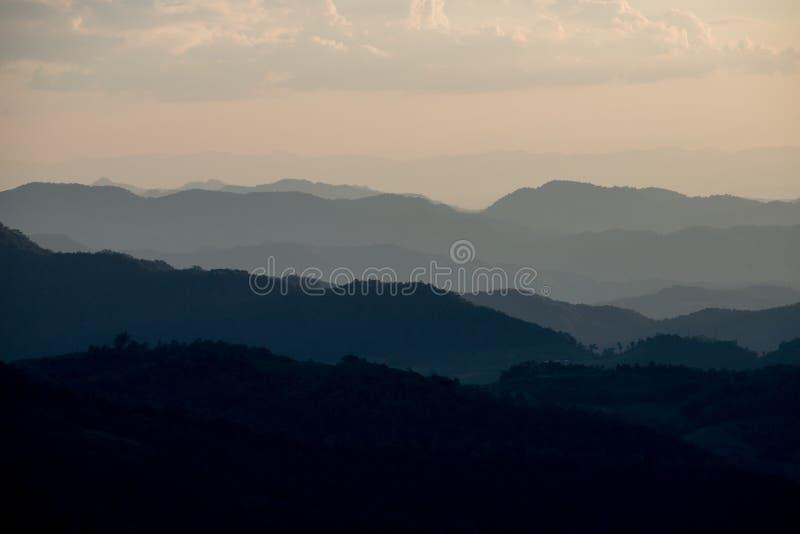 Mooie landschapslaag bergen royalty-vrije stock afbeeldingen