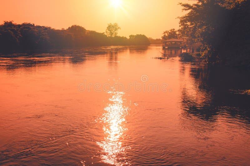 Mooie landschapsmening in ochtendtijd met rivier en zonsopgang op de achtergrond royalty-vrije stock fotografie