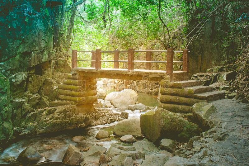 Mooie landschapsmening van concreet brugkruis over kleine die rivier in regenwoud van het Nationale Park van Namtok wordt gevesti royalty-vrije stock afbeeldingen