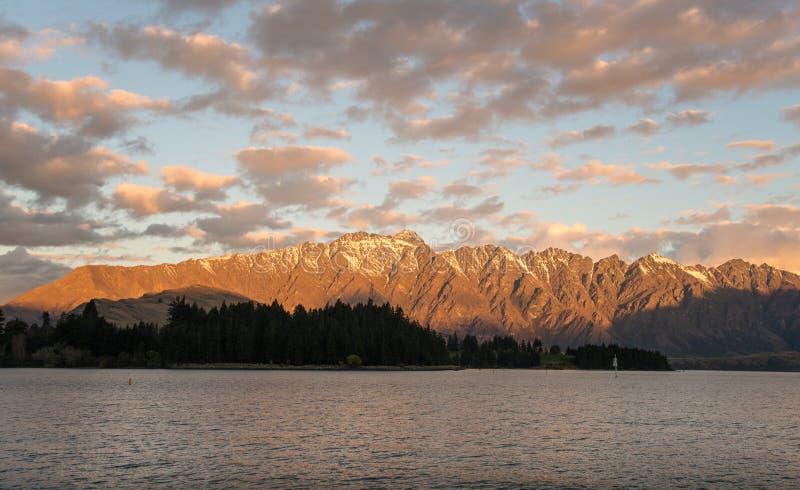 Mooie landschapsmening van de Remarkables-berg in Queenstown, Nieuw Zeeland bij zonsondergang royalty-vrije stock foto
