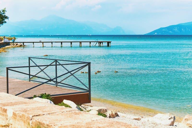 Mooie landschapsmening van de zomermeer Garda in Italië met turkoois water royalty-vrije stock foto