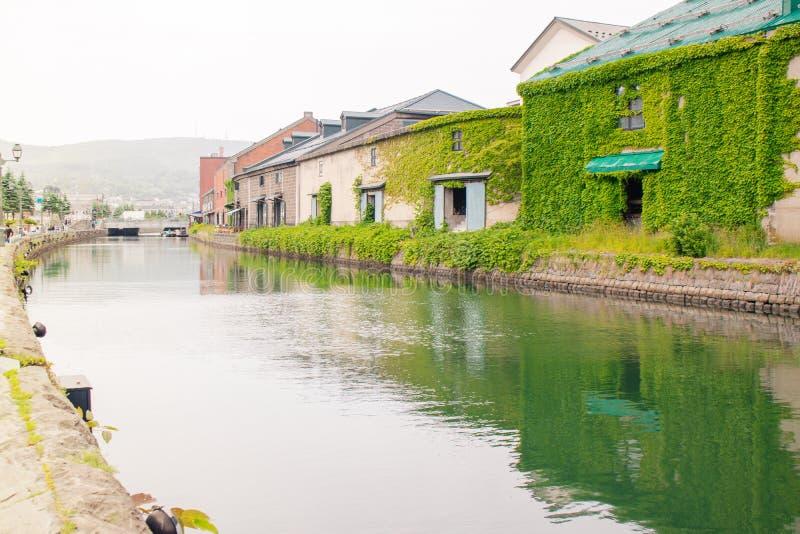 Mooie landschapsmening van het Oude pakhuisgebouwen en kanaal van Otaru in seizoengebonden de zomer stock foto