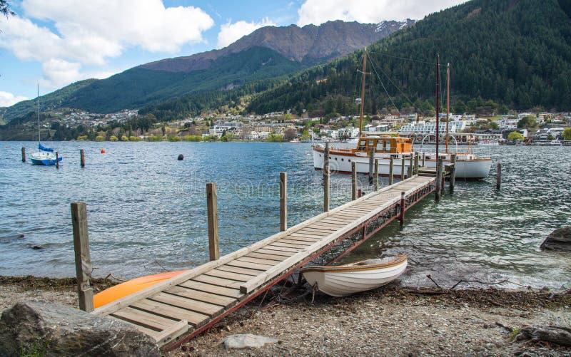 Mooie landschapsmening van meer Wakatipu en de waterkant van Queenstown een iconische avonturenstad in Zuideneiland Nieuw Zeeland royalty-vrije stock foto's