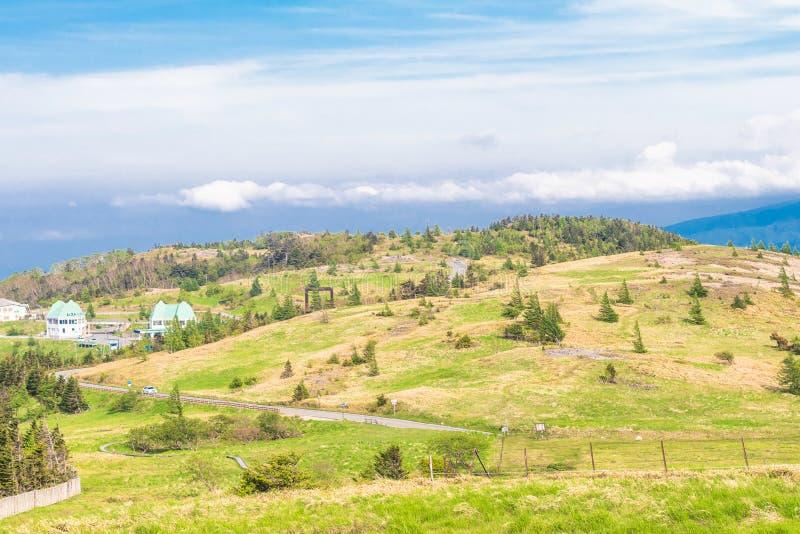 Download Mooie Landschapsmening Van Utsukushigahara-park Met Blauwe Sk Stock Foto - Afbeelding bestaande uit roze, groen: 107705584