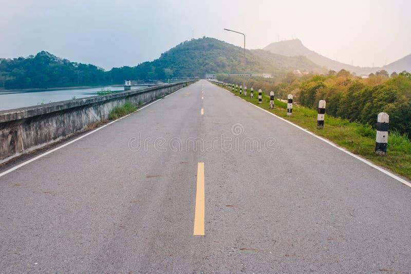 Mooie landschapsmening van wegmanier langs kant met reservoir bij platteland royalty-vrije stock fotografie