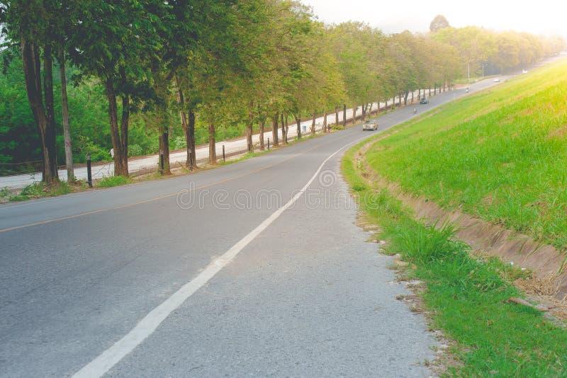 Mooie landschapsmening van wegmanier langs kant met reservoir bij platteland royalty-vrije stock foto