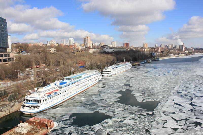 Mooie landschapsrivier die door ijs en bevindende grote schepen bij ligplaats wordt behandeld royalty-vrije stock afbeelding
