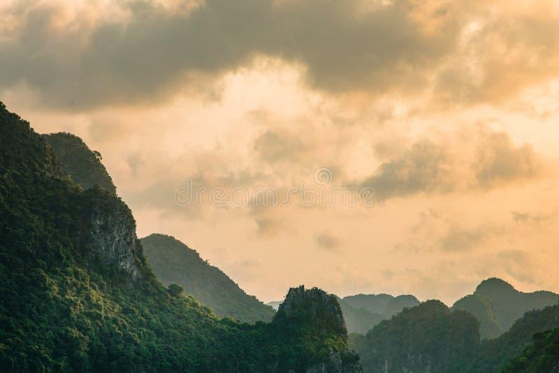 Mooie landschapsscène van berg bij zonsondergang stock foto's