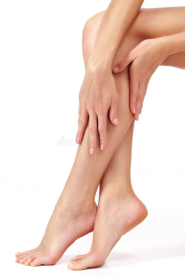 Mooie lange vrouwelijke benen, het ongewenste concept van de haarverwijdering De zorg van de huid stock fotografie