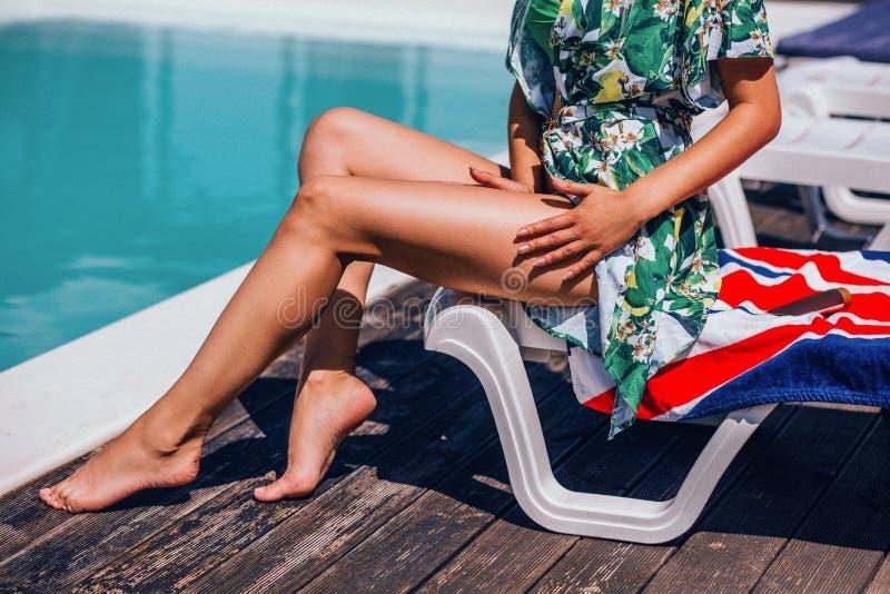 Mooie lange vrouwen` s benen op poolachtergrond Heet meisje dichtbij een pool royalty-vrije stock afbeeldingen