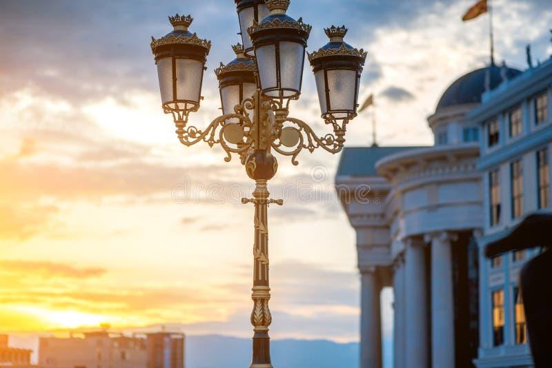 Mooie lantaarn op Kunstbrug in Skopje stock foto's