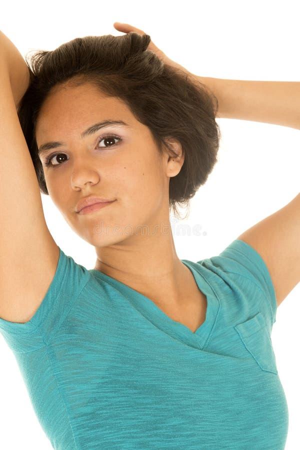 Mooie Latino tiener die haar haar trekken die omhoog stellen stock fotografie