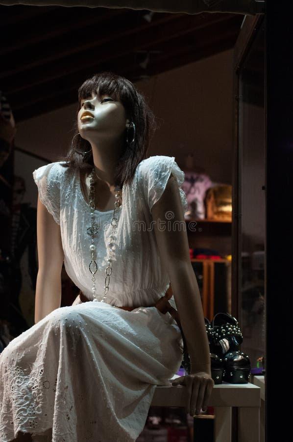 Mooie ledenpop met vrouwenlichaam, met lichte witte kleding met vouwen, zeer vast Sensuele positie royalty-vrije stock afbeelding