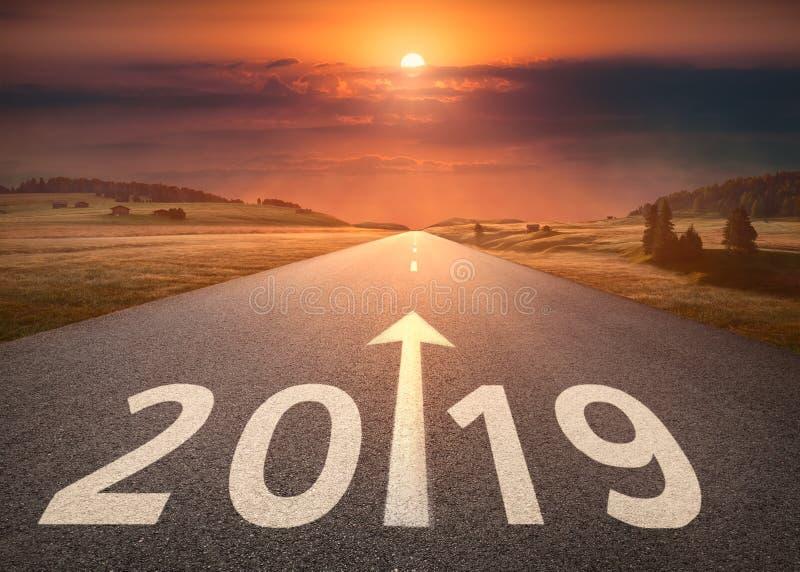 Mooie lege weg tot aanstaande 2019 bij zonsondergang stock fotografie