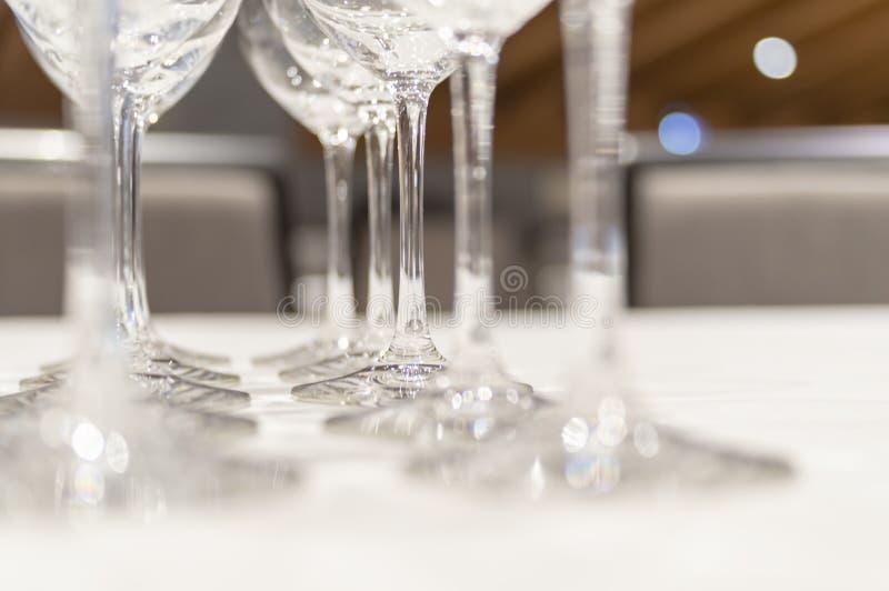 Mooie lege wijnglazen met selectieve nadruk, groot ontwerp voor om het even welke doeleinden Close-up voor decoratieontwerp Vaag  stock foto's