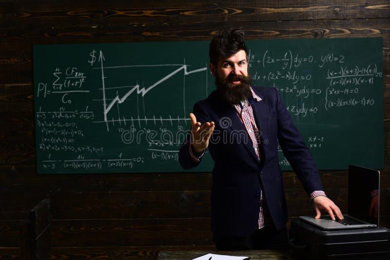 Mooie leraar die leerling in klaslokaal helpen op de basisschool Ideaal vennootschap Bestuderend wiskunde onderwijs royalty-vrije stock afbeelding
