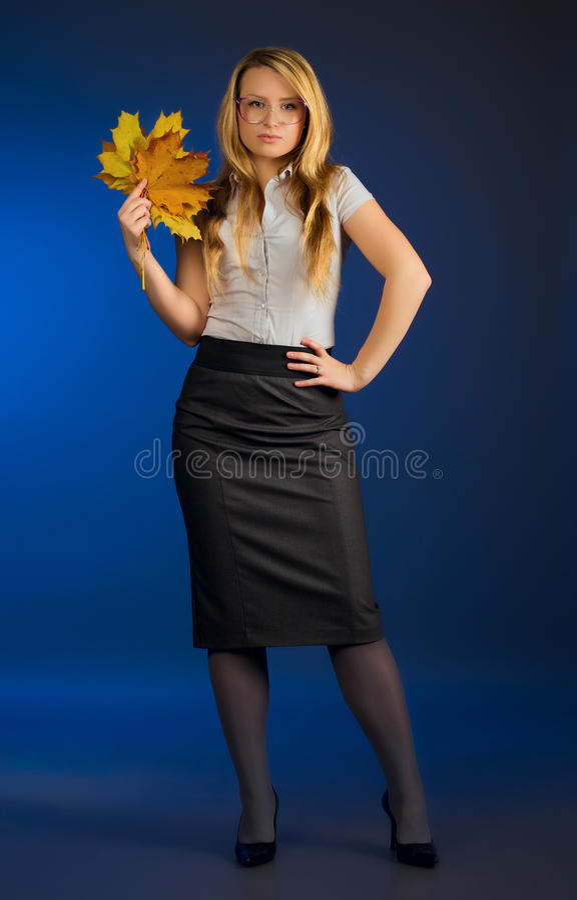 Mooie leraar met esdoornbladeren royalty-vrije stock fotografie