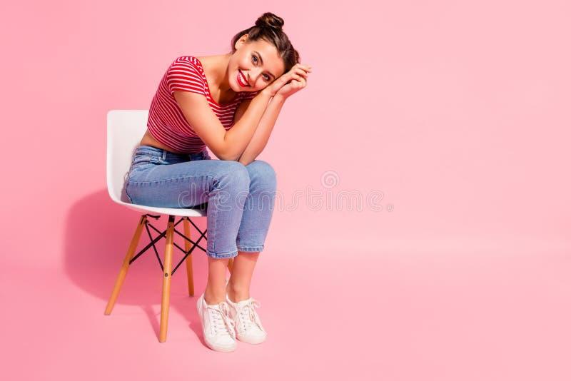 Mooie leuke zoete aantrekkelijke betoverende aantrekkelijke mooi glanst vrolijk meisje die gestreepte t-shirtjeans dragen zittend royalty-vrije stock afbeeldingen