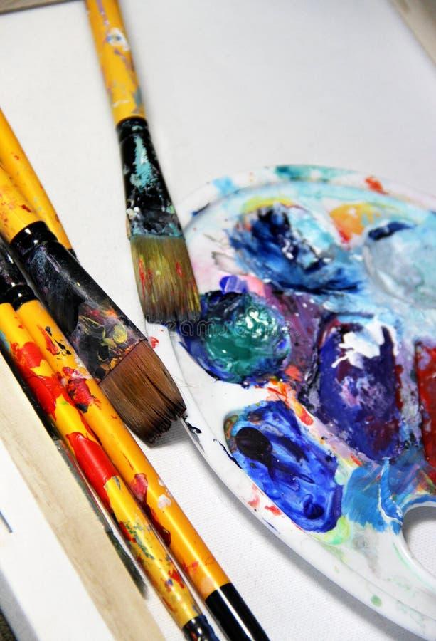Het palet en de penselen van de kunst stock foto's