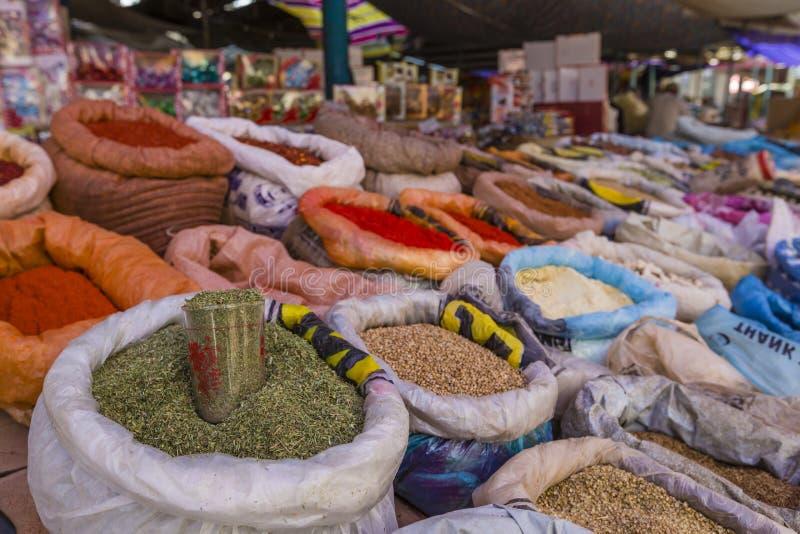 Mooie levendige oosterse markt met zakkenhoogtepunt van diverse kruiden royalty-vrije stock afbeeldingen