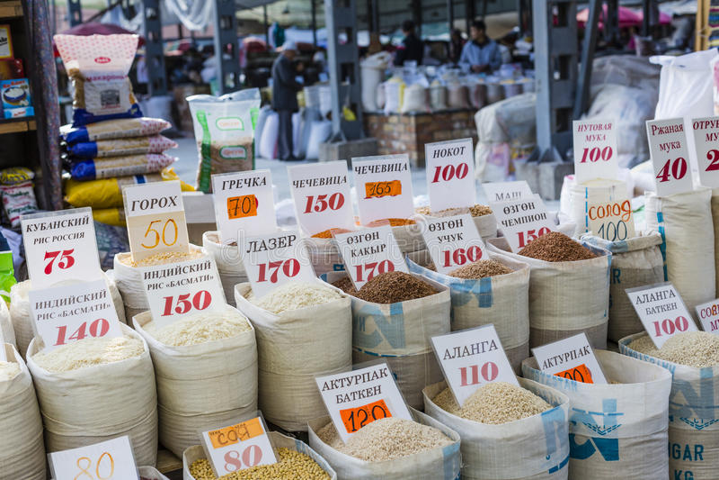 Mooie levendige oosterse markt met zakkenhoogtepunt van diverse kruiden royalty-vrije stock fotografie