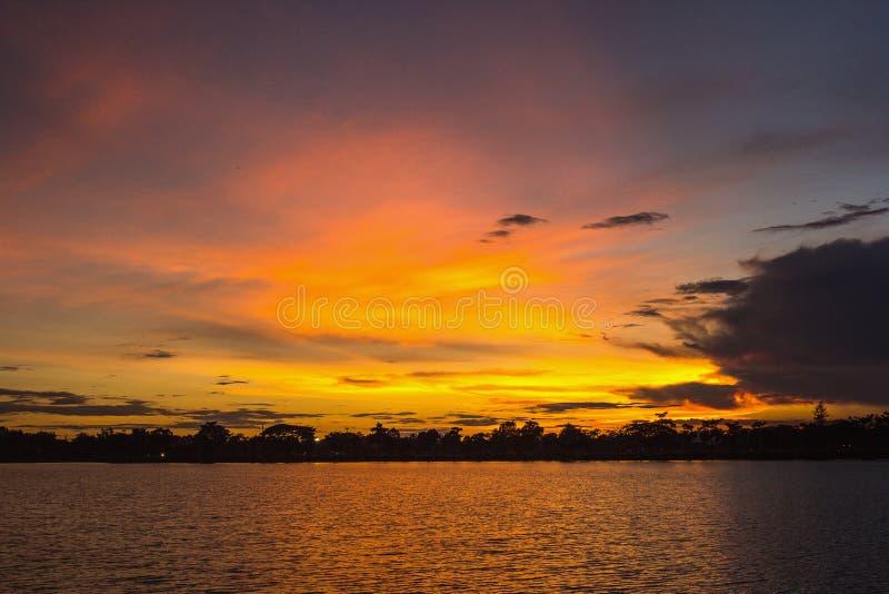 Mooie levendige zonsondergang over meer royalty-vrije stock foto